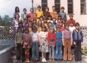 Grundschulklasse mit Klassenlehrerin Frau Fleischer