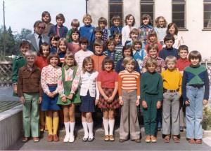 Grundschulklasse mit Klassenlehrer Herr Haderthauer